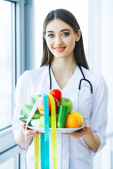 Lächelnde ernährungsberaterin in ihrem büro