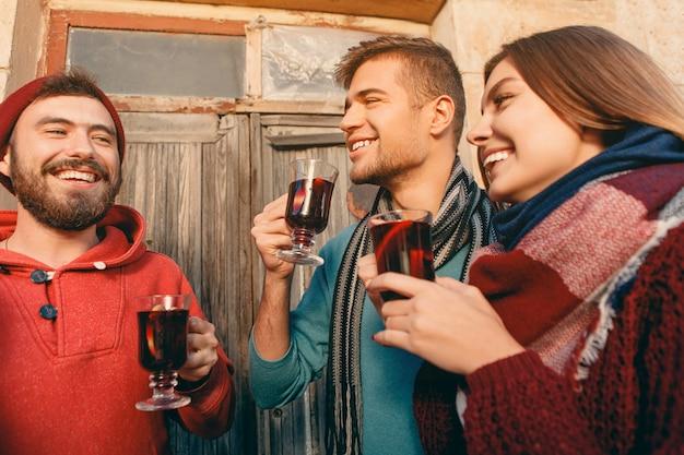 Lächelnde europäische männer und frauen während der party