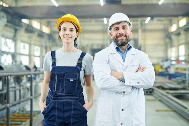 Lächelnde fabrikangestellte