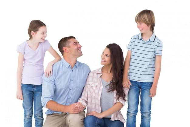 Lächelnde familie beim betrachten einander