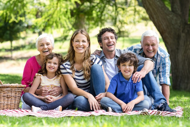 Lächelnde familie, die ein picknick hat
