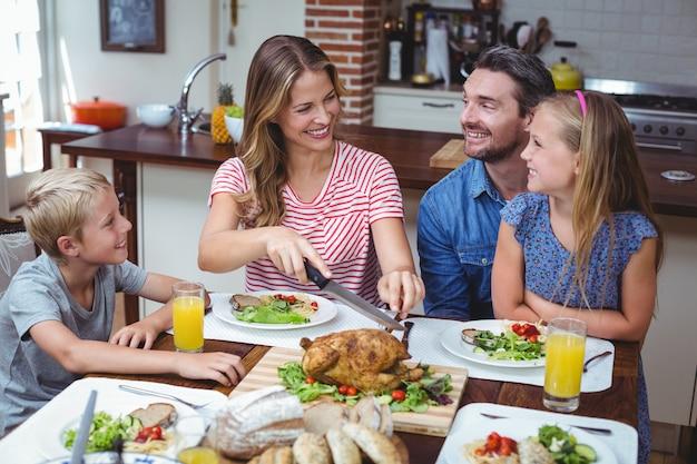 Lächelnde familie, die erntedank feiert