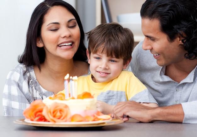 Lächelnde familie, die zusammen einen geburtstag feiert