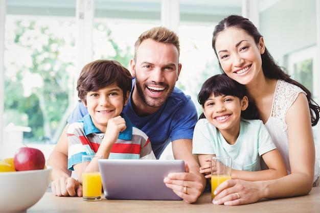 Lächelnde familie unter verwendung einer digitalen tablette