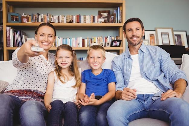 Lächelnde familie vor dem fernseher