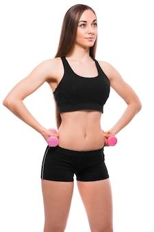 Lächelnde fitnessfrau, die mit den hanteln lokalisiert auf weißem hintergrund ausübt