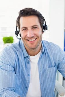 Lächelnde fotoredakteure, die einen kopfhörer tragen