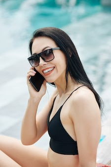 Lächelnde frau, die am telefon anruft Premium Fotos