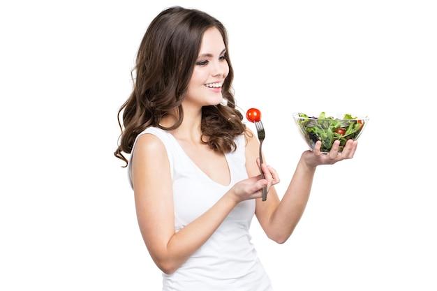 Lächelnde frau, die gesundes salatmehl hält, lokalisiert. ernährungskonzept und gesunder lebensstil.