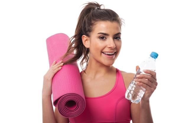 Lächelnde frau, die körperliche aktivität liebt