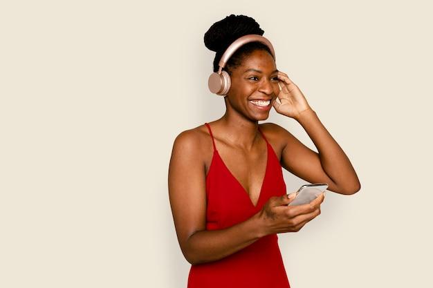 Lächelnde frau, die musik mit digitalem smartphone-gerät streamt