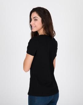Lächelnde frau, die schwarzes hemd trägt