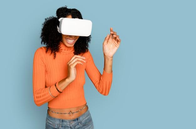Lächelnde frau, die spaß mit dem digitalen gerät des vr-headsets hat