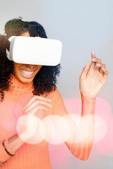Lächelnde frau, die spaß mit dem digitalen remix des vr-headsets hat