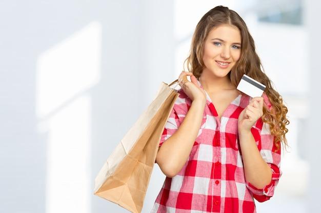 Lächelnde frau einkaufen