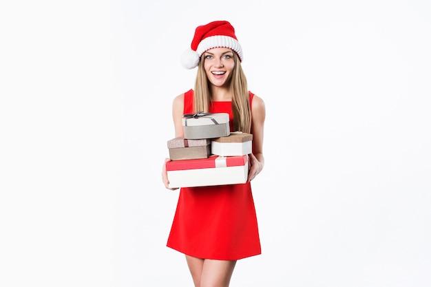 Lächelnde frau im roten kleid mit geschenken lokalisiert