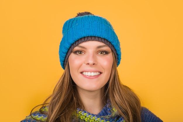 Lächelnde frau in warmem hut herbstkleidung winter outfit stimmung verschiedene emotionen emoticon set gefühl