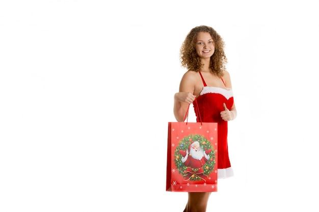 Lächelnde frau mit einer einkaufstüte
