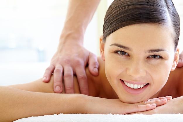 Lächelnde frau mit einer massage