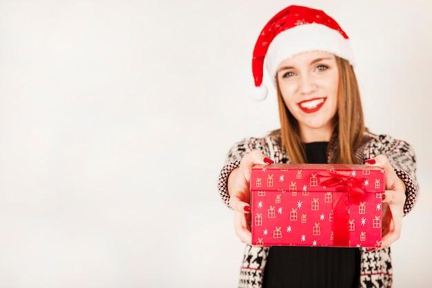 Lächelnde frau mit geschenkbox in den händen