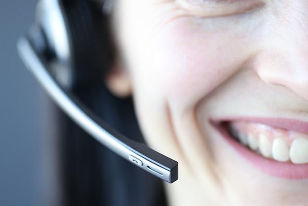 Lächelnde frau mit mikrofon. berufe für fernarbeit als operator im call center