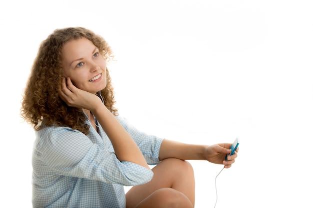 Lächelnde frau musik hören