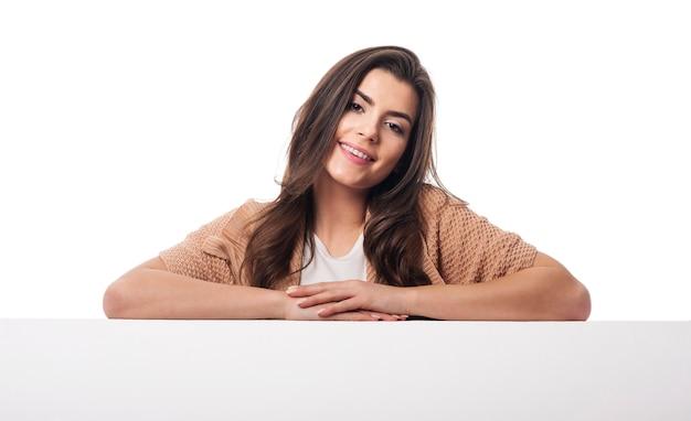 Lächelnde frau oben auf leerem whiteboard