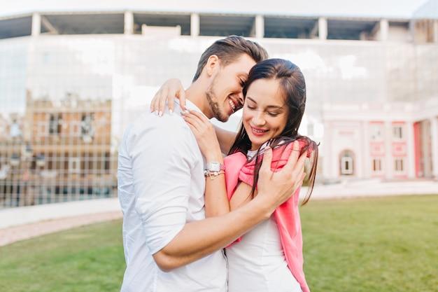 Lächelnde frau trägt trendige accessoires, die freund umarmen
