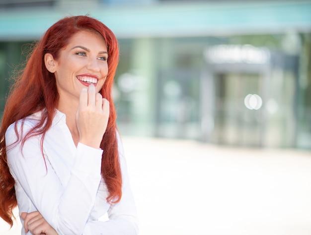 Lächelnde frau vor ihrem büro, großer kopierraum