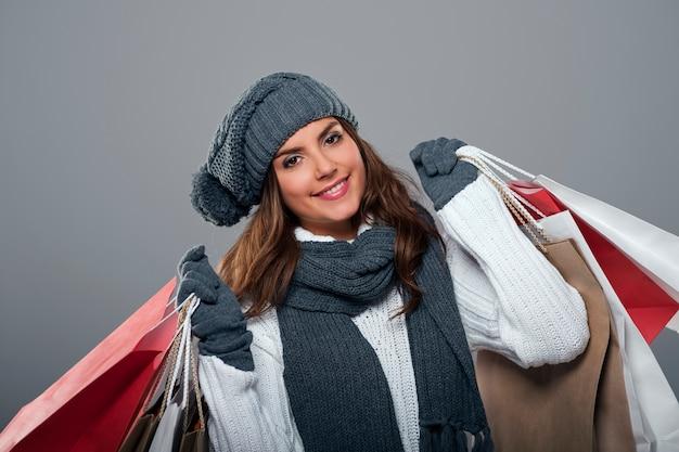 Lächelnde frau während des winterschlussverkaufs