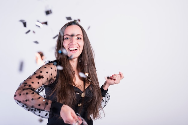 Lächelnde frau werfen konfetti