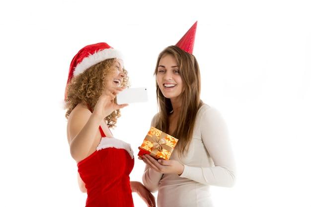 Lächelnde frauen mit einem geschenk
