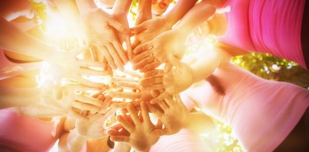 Lächelnde frauen organisieren eine veranstaltung zur sensibilisierung für brustkrebs