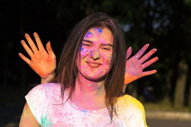 Lächelnde freunde amüsieren sich auf dem holi-festival