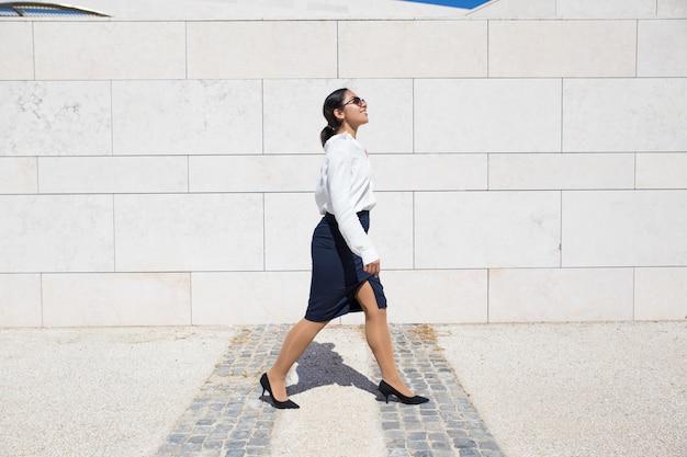 Lächelnde geschäftsfrau auf ihrem weg zum büro