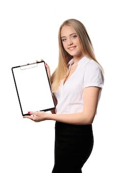 Lächelnde geschäftsfrau, die dokument auf dem klemmbrett lokalisiert auf weiß verwahrt