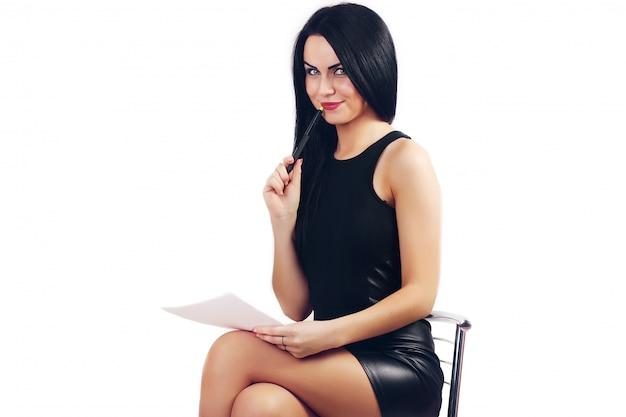 Lächelnde geschäftsfrau, die in einem stuhl sitzt. junges geschäftsmannlächeln, schrieb in ein dokument, isoliert