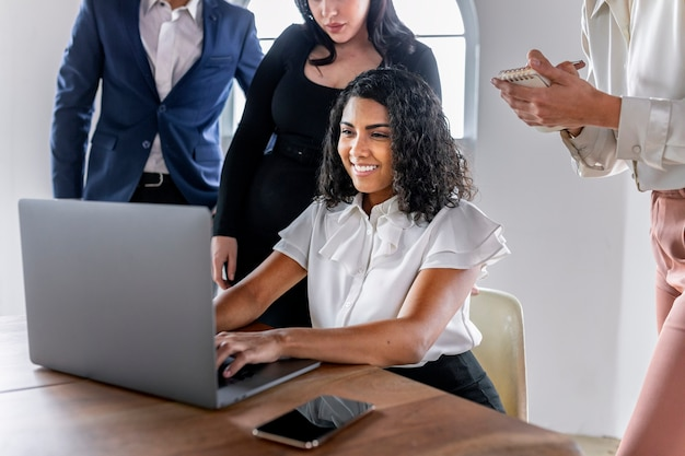 Lächelnde geschäftsfrau in einem meeting