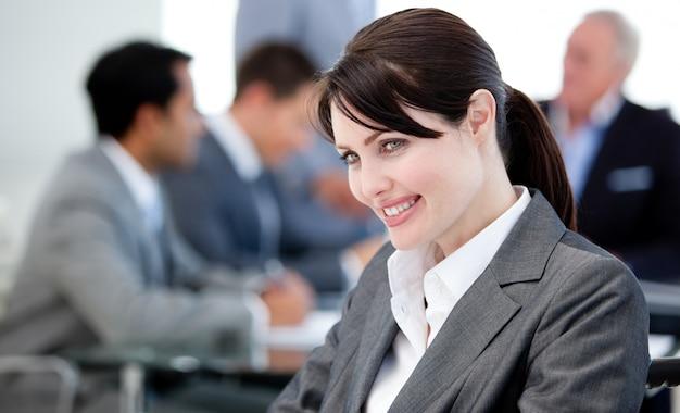 Lächelnde geschäftsfrau in einer sitzung