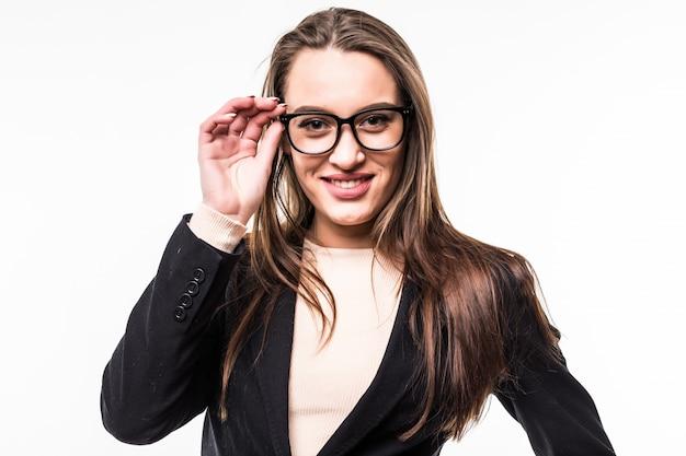 Lächelnde geschäftsfrau in klassischer schwarzer suite und brille auf weiß