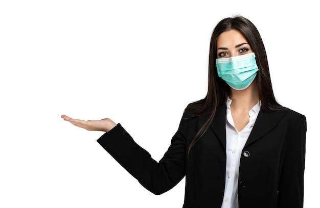 Lächelnde geschäftsfrau isoliert auf weiß, das eine maske trägt, coronavirus-konzept, mit offener hand für begrüßungs- oder werbekonzepte Premium Fotos