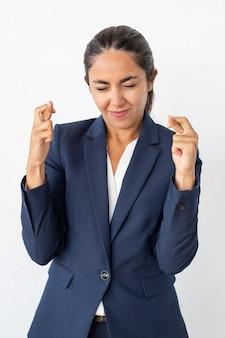 Lächelnde geschäftsfrau mit den gekreuzten fingern