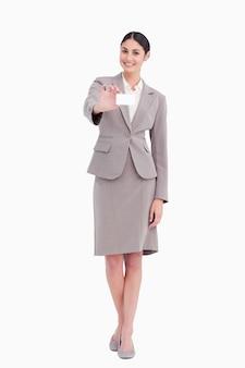 Lächelnde geschäftsfrau mit ihrem leeren businesscard