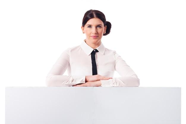 Lächelnde geschäftsfrau mit leerer weißer tafel