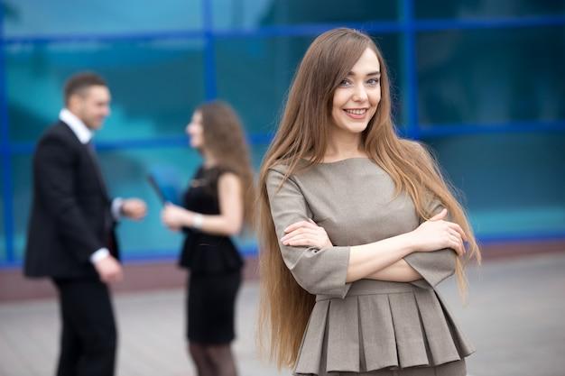 Lächelnde geschäftsfrau mit unscharfen hintergrund kollegen