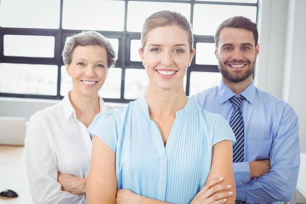 Lächelnde geschäftsleute, die im büro stehen
