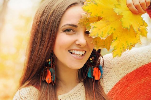 Lächelnde glückliche frau porträt mode boho-stil traumfänger ohrringe