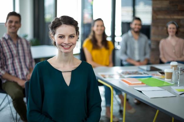 Lächelnde grafikdesigner, die im büro sitzen