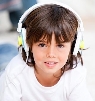 Lächelnde hörende musik des jungen