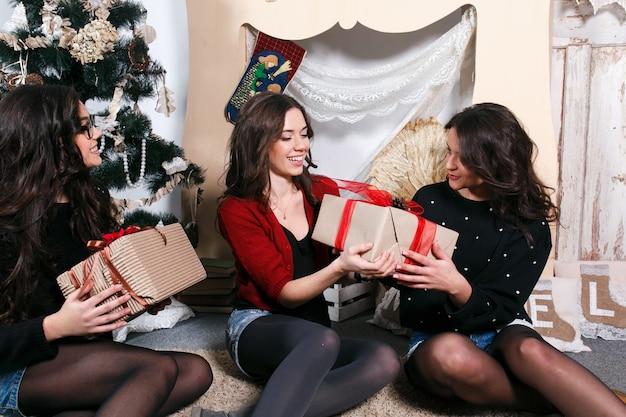 Lächelnde jugendliche austausch von geschenken